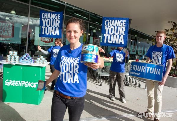 Greenpeace volunteers in Auckland, New Zealand discuss tuna with consumers. 8 Jun, 2012 © Greenpeace