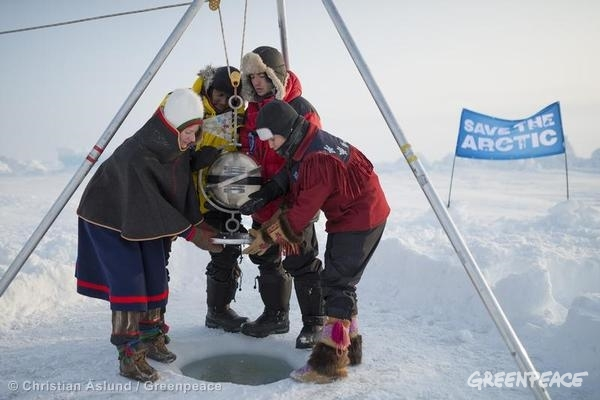 The four youth ambassadors lower the pod to the seabed at the North Pole