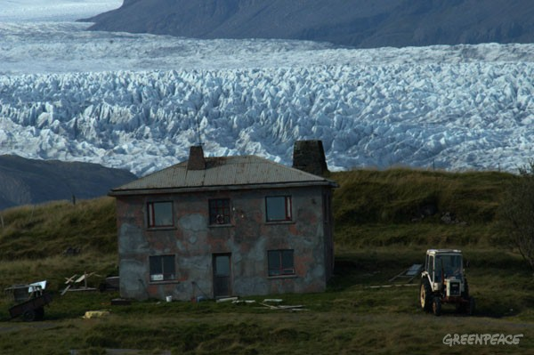 A house in front of the Flaajokull Glacier which is part of the Vatnajokull Glacier. The Flaajokull Glacier melts into the South Icelandic coast.