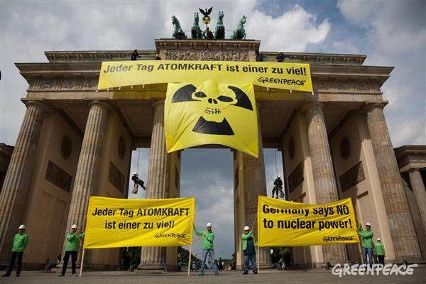 Germany says no to nuclear power - Greenpeace action at the Brandenburg Gate