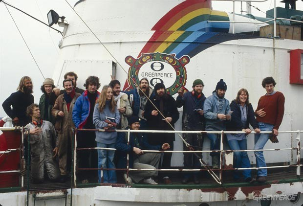 """Retrato de grupo de la tripulación del Rainbow Warrior, antes de la salida a Canadá para protestar contra la caza de focas. Holanda. (Libro """"La historia de Greenpeace"""" página 74)"""