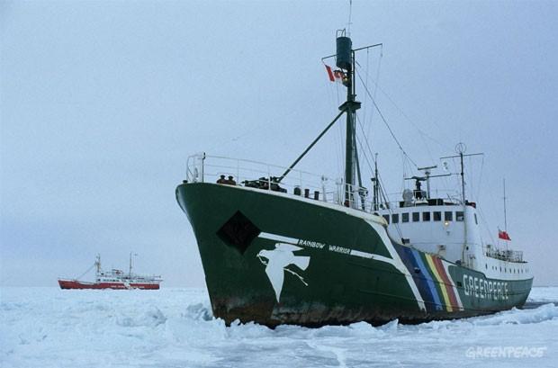 El Rainbow Warrior es seguido por el buque de la Guardia Costera canadiense 'Tupper' durante una acción de Greenpeace contra la caza de focas. 03/01/1982