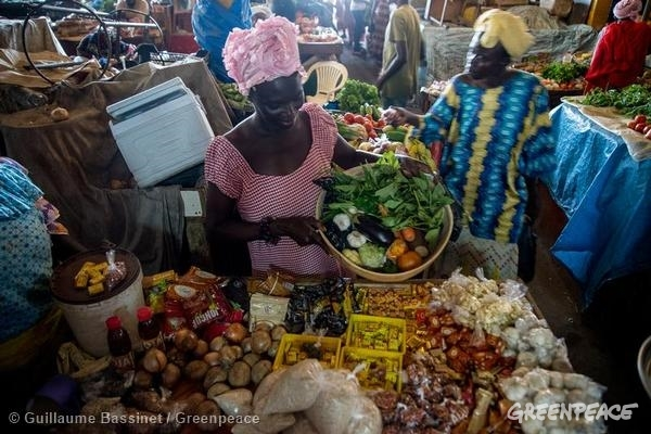 Products at Market in Senegal. 10/10/2014 © Guillaume Bassinet / Greenpeace