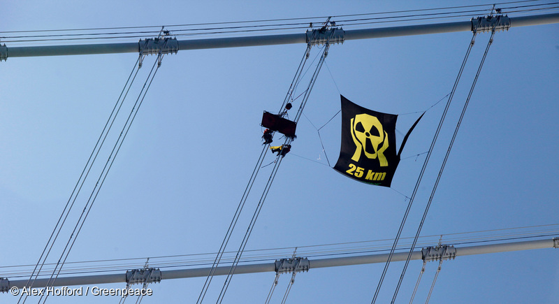 20130710 SOUTH KOREA BUSAN : Greenpeace activists settle in for day two of a hanging nuclear emergency camp in between the suspension cables on Busan's iconic Gwangandaegyo Bridge, 10 July 2013. Greenpeace is calling for the Korean government to widen the official nuclear evacuation zone to a thirty kilometre radius.ALEX HOFFORD / GREENPEACE