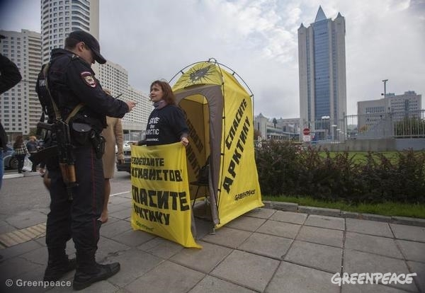 'Free the Arctic 30' Protest at Gazprom HQ in Moscow. 09/20/2013 © Greenpeace