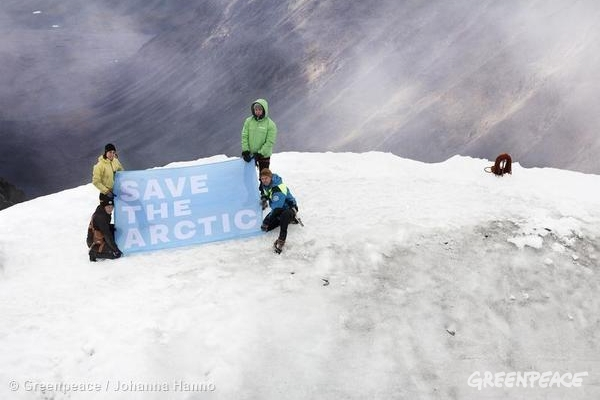 'Mountains and Rooftops' Arctic Sanctuary Action on Kebnekaise Mountain. 09/01/2014  © Greenpeace / Johanna Hanno