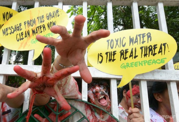 Greenpeace activists dress as zombies