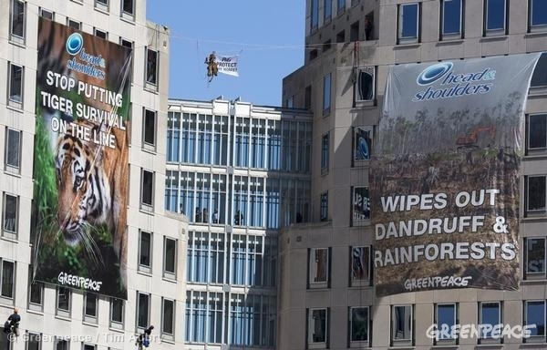 Procter & Gamble HQ Banner in Ohio. 03/04/2014 © David Sorcher / Greenpeace