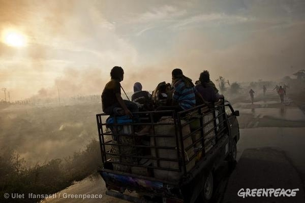 Villagers Evacuate During Forest Fires in Sumatra. 06/23/2013 © Ulet Ifansasti / Greenpeace