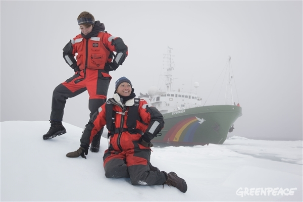 Emma Thompson and her daughter in the Arctic with Greenpeace. 08/05/2014 © Nick Cobbing / Greenpeace