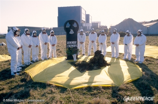 Action at Hinkley Point nuclear plant on the 3rd anniversary of Chernobyl accident, UK1 Jan, 1989 © Mike Midgley / Greenpeace