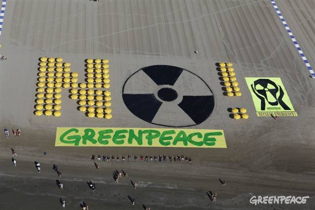"No Nuclear Human Banner on Venice LidoAerial view of a 1500 square meter 'No Nuclear!' banner created by activists with yellow parasols at Venice Lido in Italy. Greenpeace is protesting against the plans of the Italian prime minister Silvio Berlusconi to build a new nuclear power plant at the Upper Adria, next to the most popular Italian tourist beaches. As part of the protest Greenpeace hands over a petition to the Venetian governor Luca Zaia asking him to declare a ""nuclear free Veneto zone"".07/28/2010 © Francesco Alesi / Greenpeace"