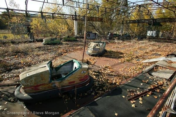 Oct 2005, Chernobyl. Remains of a fairground in the town of Pripyat, left abandoned after the Chernobyl nuclear disaster. 10/24/2005 © Greenpeace / Steve Morgan