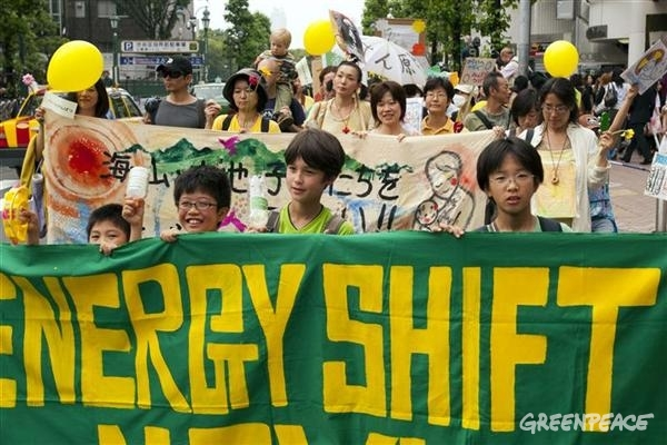 "Greenpeace activists march in the ""Energy Shift Parade"" through Shibuya on the three-month anniversary of the East Japan earthquake disaster and the start of the Fukushima Daiichi nuclear crisis. Greenpeace and the people of Japan are marching in protest against nuclear energy, and calling on the Japanese government to follow the lead set by Germany and Switzerland, and abandon nuclear energy to focus on clean, renewable technology.06/11/2011"