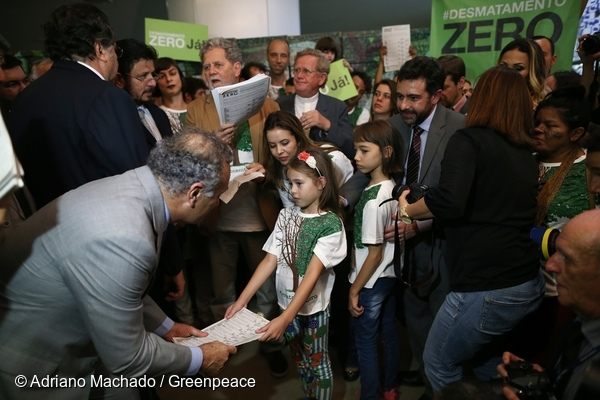 Zero Deforestation Project Bill Delivery in Brazil. 7 Oct, 2015 © Adriano Machado / Greenpeace