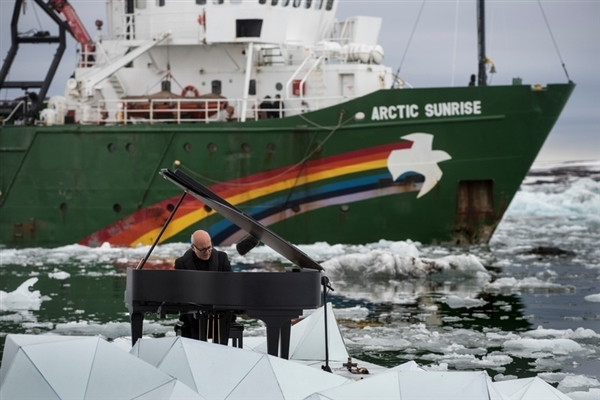Composer and Pianist Ludovico Einaudi Performs in the Arctic Ocean. 16 Jun, 2016 © Pedro Armestre / Greenpeace
