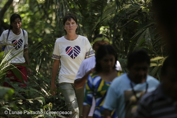 Greenpeace International Executive Director Bunny McDiarmid and Greenpeace Brasil Amazon Campaign Coordinator Tica Minami meet with several Munduruku Caciques in the Amazon rainforest along the Tapajós River. 8 Jul, 2016  © Lunae Parracho / Greenpeace