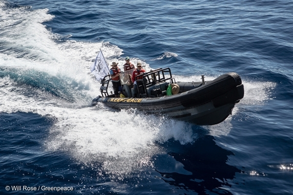 Greenpeace RHIBs are deployed to investigate a possible FAD (fish aggregating device) sighting. Greenpeace is in the Indian Ocean to document and peacefully oppose destructive fishing practices. 20 Apr, 2016 © Will Rose / Greenpeace
