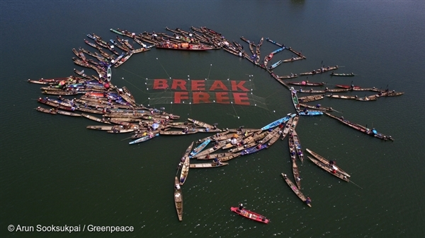 Fishing communities unfurl Break Free banner near Don Kham Puang island, Thailand. 17 Mar, 2017  © Arun Sooksukpai / Greenpeace