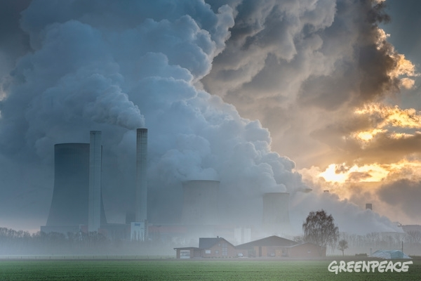 Coal Fired Power Plant in The Rhenish Lignite Mining Area. 26 Dec, 2014 © Bernd Lauter / Greenpeace