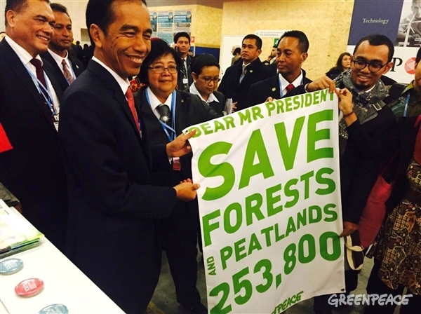 Greenpeace Indonesia campaigners meet with President Jokowi at COP21 Paris, handing over a petition signed by 253,800 people around the world