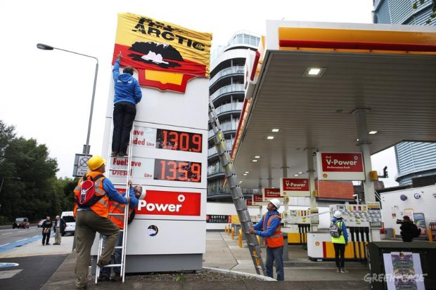 Greenpeace Activists shut down Petrol Station in London