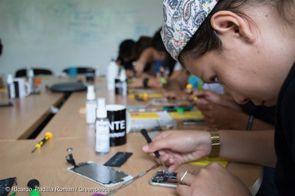 A group of volunteers takes a smartphone repair class at the Greenpeace Mexico office given by a local repair group, Fix Friends. Greenpeace is working with a wide movement of creatives, tech lovers, and activists to redefine innovation and call on the electronics industry to create truly smart gadgets: repairable, durable, clean and toxic free.
