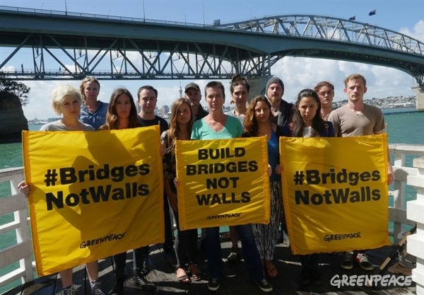 Greenpeace Executive Director Bunny McDiarmid and Greenpeace New Zealand staff say #BridgesNotWalls from Auckland Harbor Bridge.