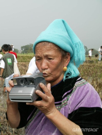 Dai farmers taking photos of their own ecological agriculture.