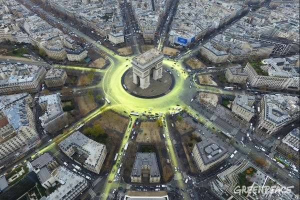 Greenpeace activists create a solar symbol around the world-famous Paris landmark, the Arc de Triomphe.11 Dec, 2015 © Greenpeace